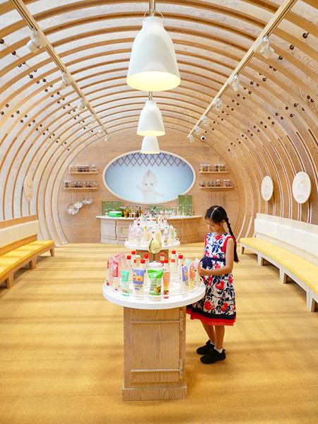 マヨネーズドームでチューブ容器を観察する子ども/マヨテラス(東京都/調布市)