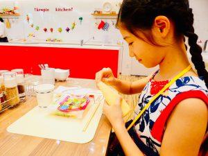 試食コーナーで試食を楽しむ子ども/マヨテラス(東京都/調布市)