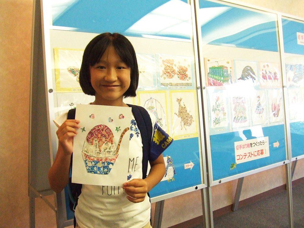 切手はり絵を体験した子ども/切手の博物館(東京都/豊島区)