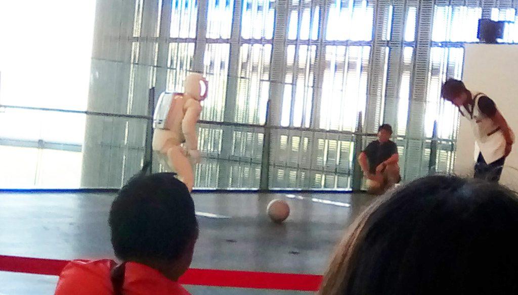ボールを蹴ろうとするASIMO/日本科学未来館(東京都/江東区)