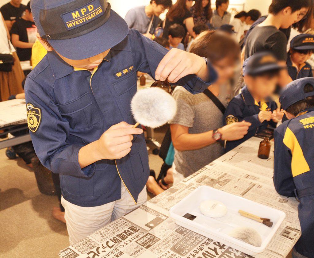 鑑識の体験をする子ども達/警察博物館(東京都/中央区)