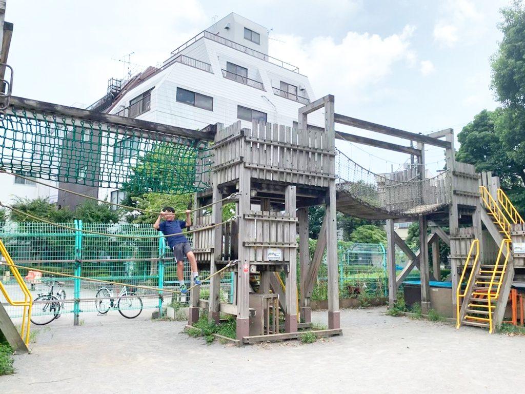 大型木製遊具で遊ぶ子ども/わんぱく天国(東京都/墨田区)