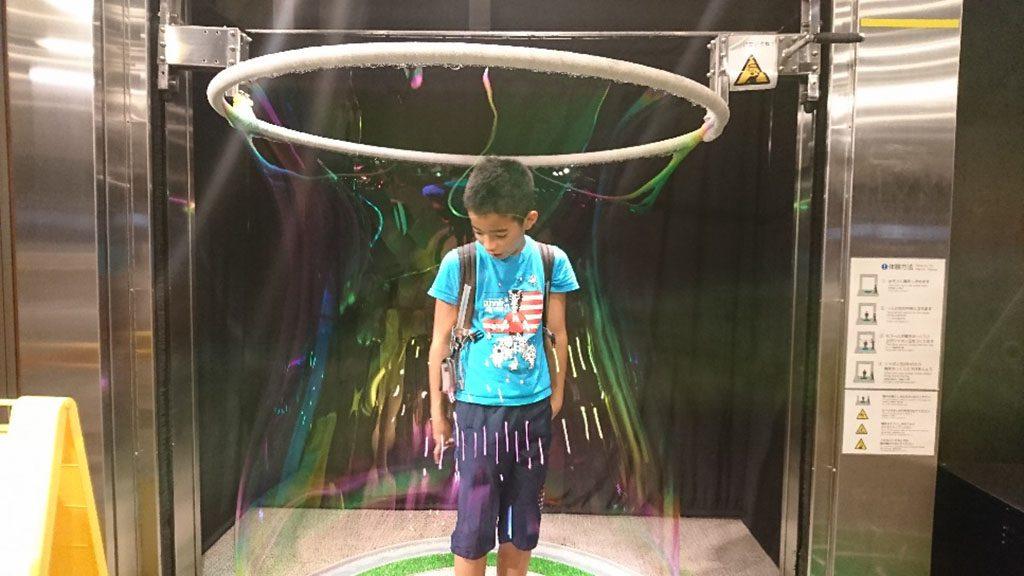 大きなシャボン玉の中に入る子ども/科学技術館(東京都/千代田区)