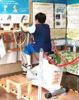自転車で発電体験をする子ども/環境ふれあい館ひまわり(東京都/台東区)