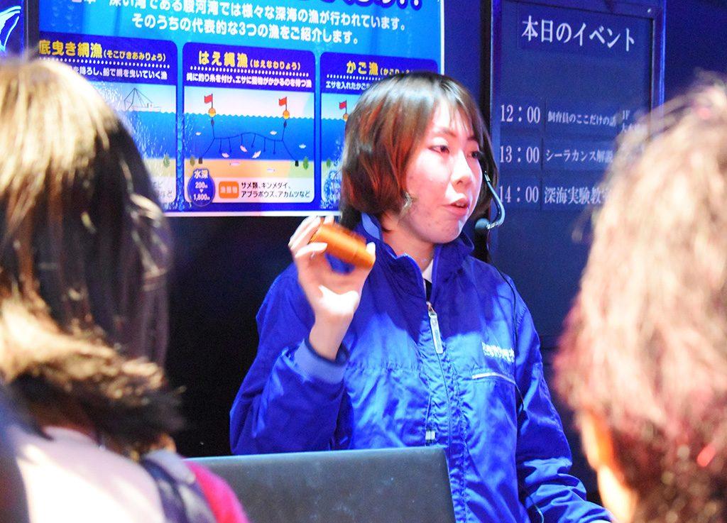 ヌタウナギについて話をする安東さん/沼津港深海水族館(静岡県)