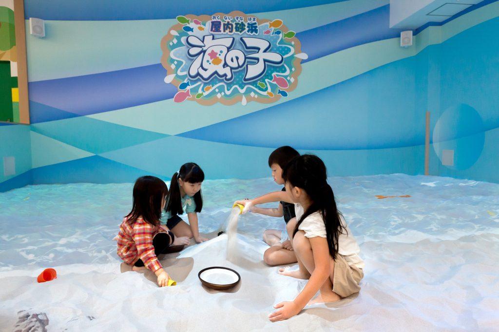 「屋内砂浜 海の子」で遊ぶ子ども/あそびパークPLUS イオンレイクタウン店(埼玉県/越谷市)