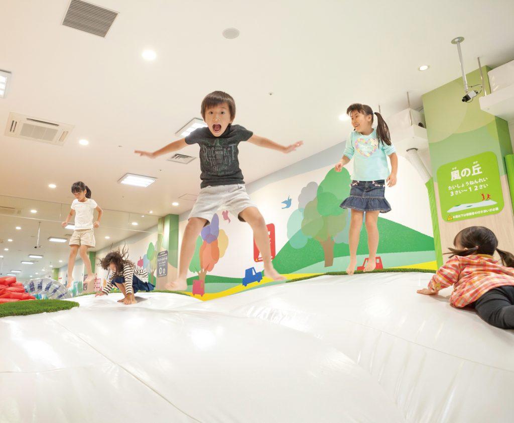 大型遊具で飛んだり跳ねたり/あそびパークPLUSイオンレイクタウン店(埼玉県/越谷市)