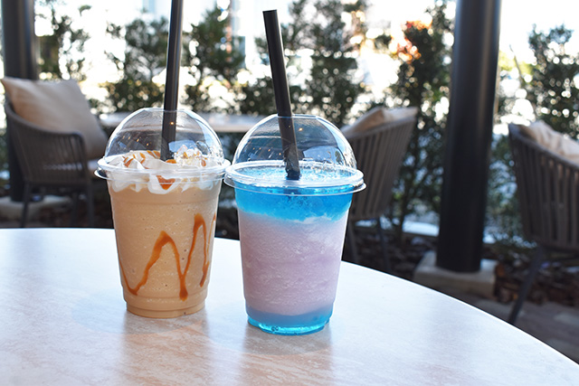 右:深海スムージー、左:キャラメルスムージー/LOCO MARINO COFFEE(静岡県/沼津市)