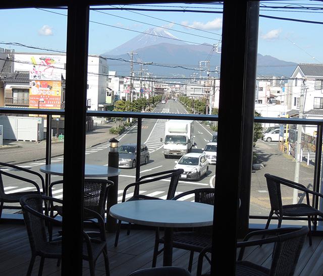 2階テラス席から見える富士山/LOCO MARINO COFFEE(静岡県/沼津市)