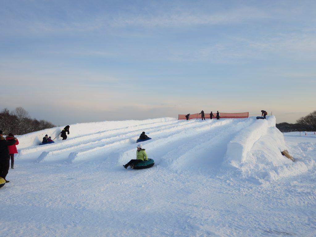 タイヤを使った「チューブ滑り台」/ノース・スノーランドin千歳(北海道/千歳市)