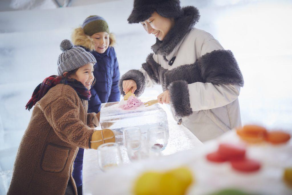 氷の板の上で作るジェラート「アイスヴィレッジ」/星野リゾート トマム(北海道/占冠村)