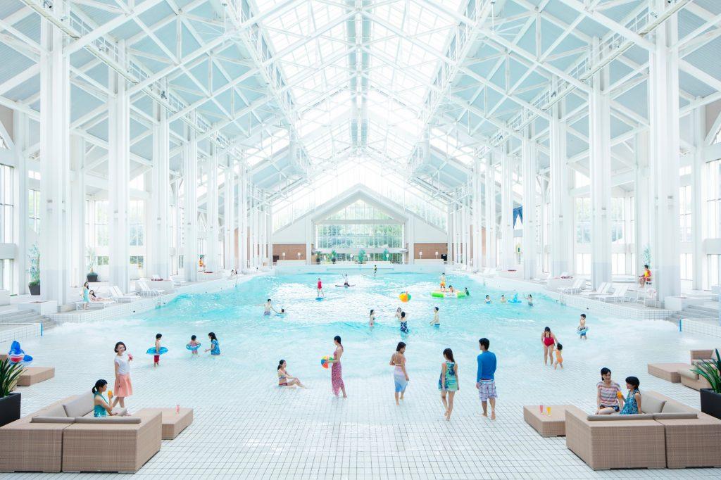ウェーブプールを備えた「ミナミビーチ」/星野リゾート トマム(北海道/占冠村)
