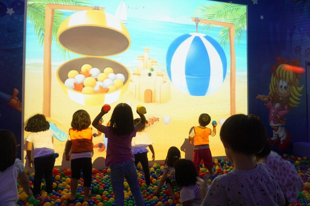 壁にボールを当て映像の変化を楽しむ/ファンタジーキッズリゾート(東京都/武蔵村山市)
