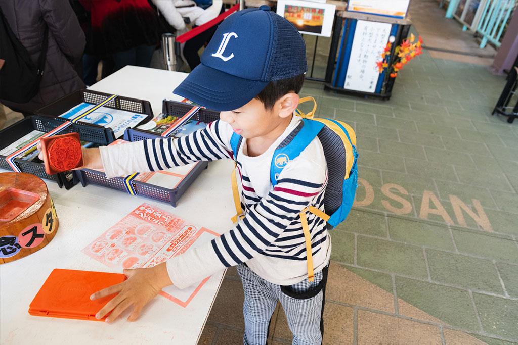 スタンプラリーをする子ども/宝登山(埼玉県/秩父郡)