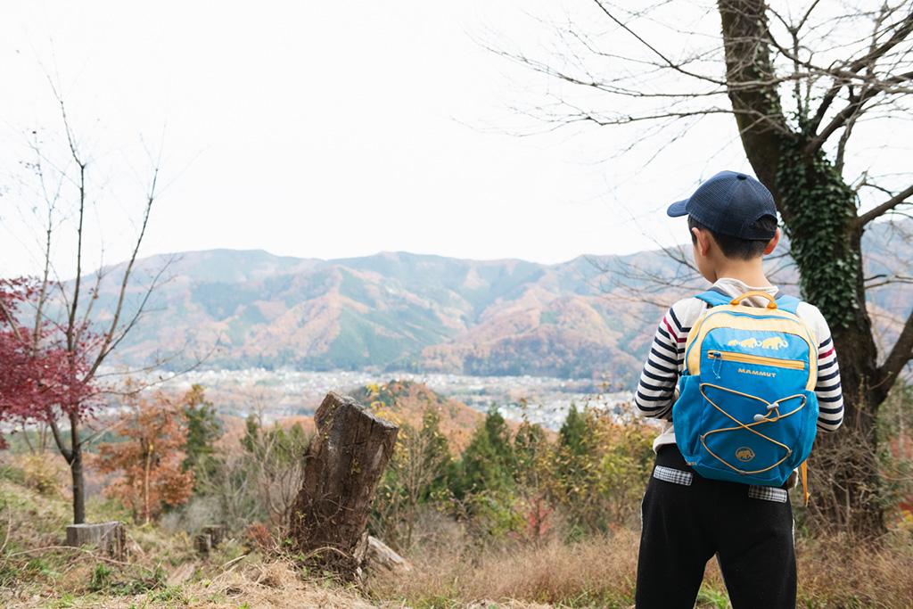 絶景を眺める子ども/宝登山(埼玉県/秩父郡)