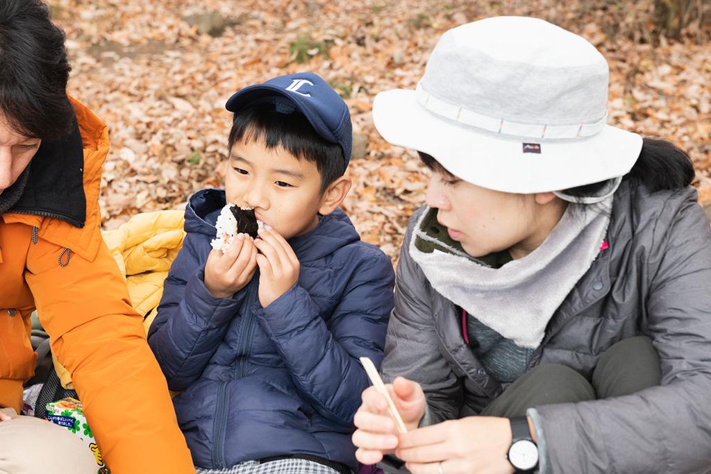 お弁当を食べる親子/宝登山(埼玉県/秩父郡)