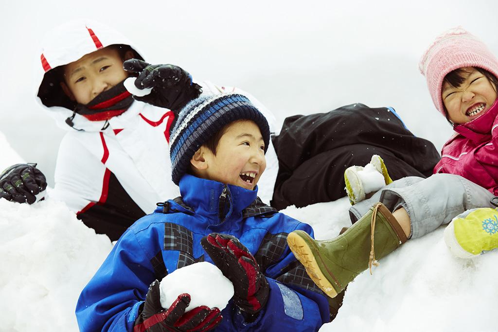 雪遊びをする子どもたち