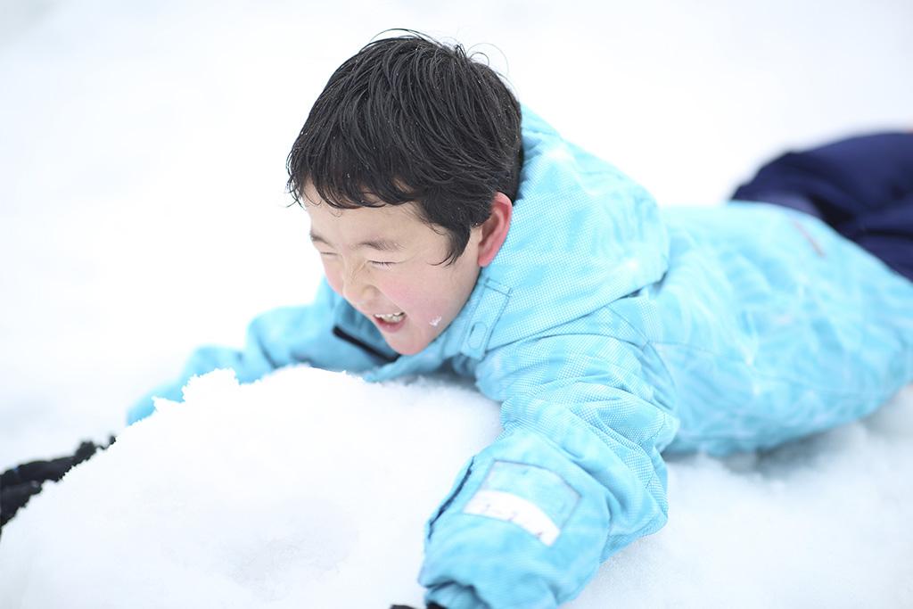 雪遊びをする子ども