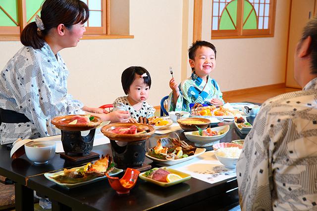 食事をする家族/旅館 初音荘(佐賀県/嬉野市)