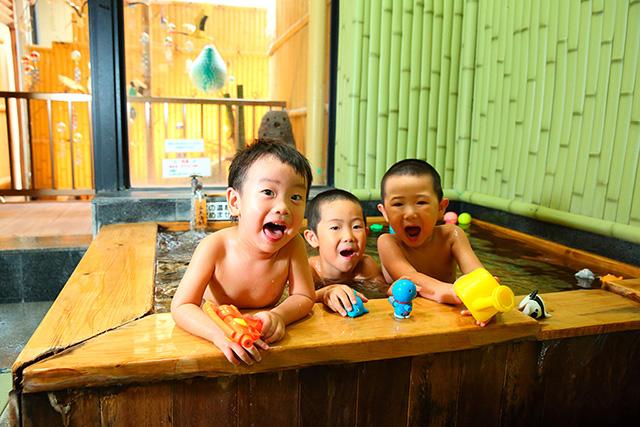家族風呂に入る子ども達/旅館 初音荘(佐賀県/嬉野市)