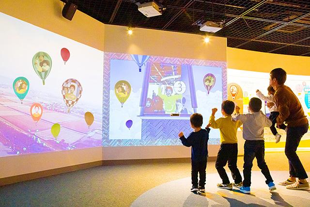 体感コーナーで遊ぶ親子/佐賀バルーンミュージアム(佐賀県/佐賀市)