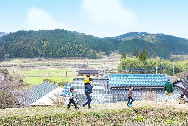 裏山探検に行く家族/農家民宿 具座(佐賀県/佐賀市)