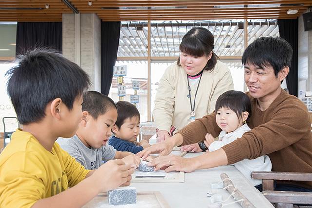 勾玉を作る子ども達/吉野ヶ里歴史公園(佐賀県/吉野ヶ里町)