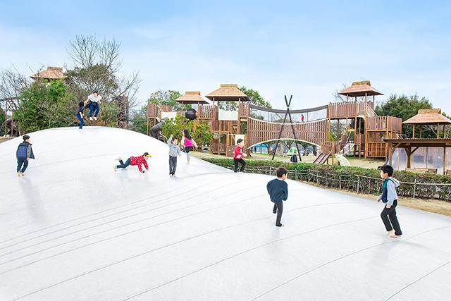 古代の原ゾーンの大型遊具で遊ぶ子ども/吉野ヶ里歴史公園(佐賀県/吉野ヶ里町)