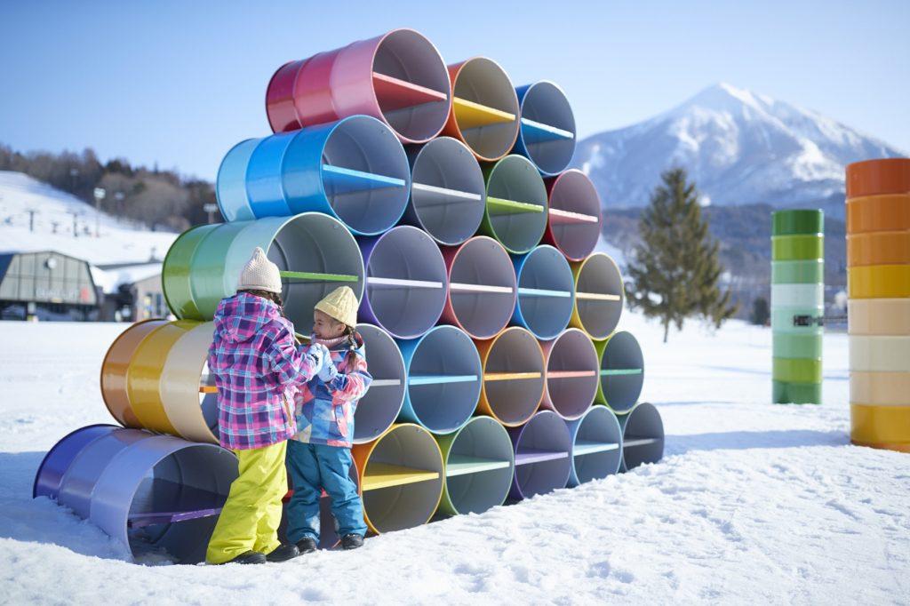 カラフルなドラム缶アートが並ぶ広い雪原/星野リゾート アルツ磐梯(福島県/磐梯町)