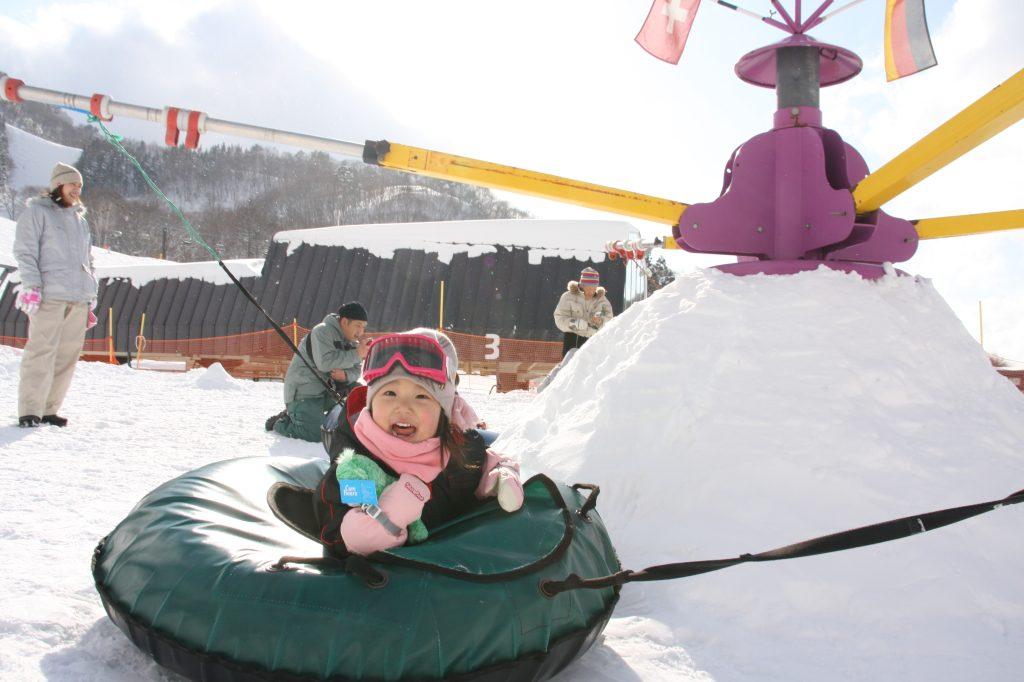 キッズパーク内の遊具「ボーラー・カルーセル」/タングラムスキーサーカス(長野県/上水内郡信濃町)