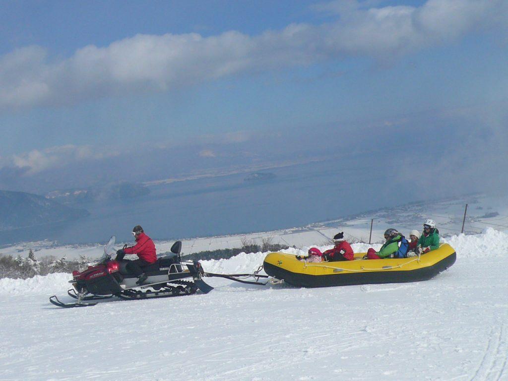 8人乗りでゲレンデを滑れるラフティング体験/箱館山スキー場(滋賀県/高島市)