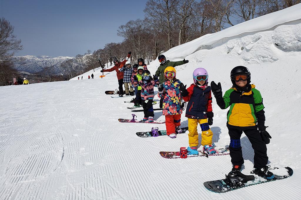 スノーボードを教わる子ども達/たんばらスキーパーク(群馬県/沼田市)