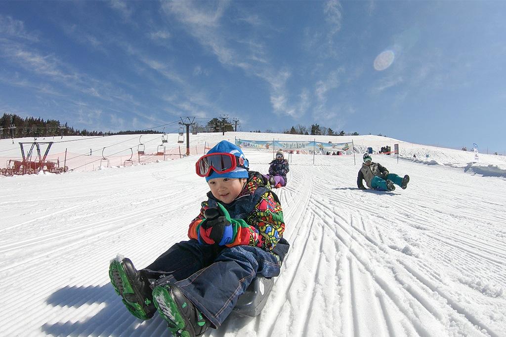 ソリで滑る子ども/スキージャム勝山(福井県/勝山市)