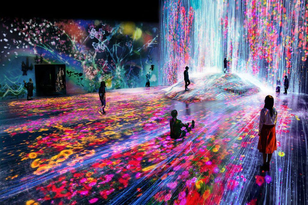 人々のための岩に憑依する滝/森ビルデジタルアートミュージアム:エプソン チームラボボーダレス(東京都/江東区)