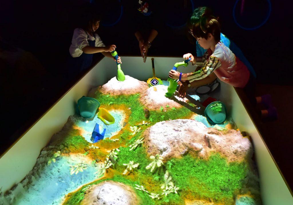 砂場と映像を合わせた新感覚のAR砂遊び「SAND PARTY!」/リトルプラネット KITE MITE MATSUDO(千葉県/松戸市)