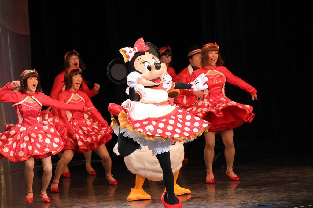 ミニーちゃんといえば、の赤と白の水玉模様の衣装で登場/イッツ・ベリー・ミニー