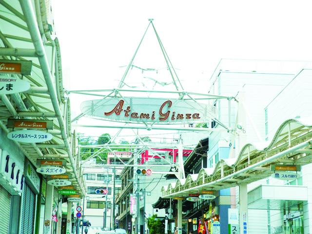 干物や和菓子、飲食店などが並ぶアーケード/熱海銀座商店街(静岡県熱海市)