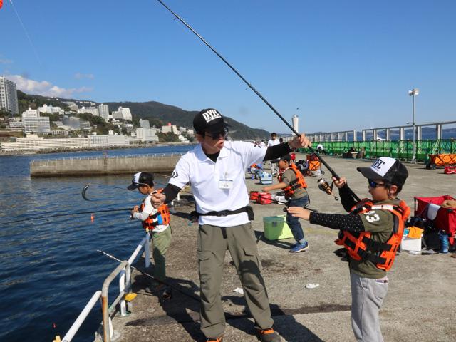 親子で一緒に釣りが習える「初心者釣り教室」/熱海湾海釣り施設(静岡県熱海市)