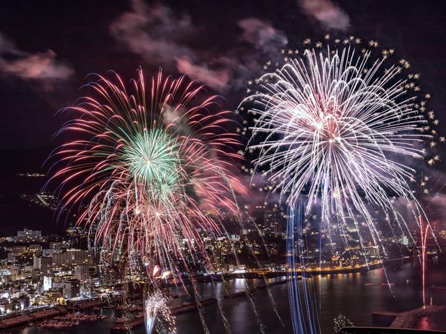 夏以外の季節の花火も趣がある/熱海海上花火大会(静岡県熱海市)