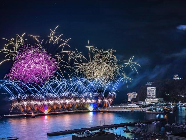 音も光も大迫力の花火は熱海の人気イベント/熱海海上花火大会(静岡県熱海市)