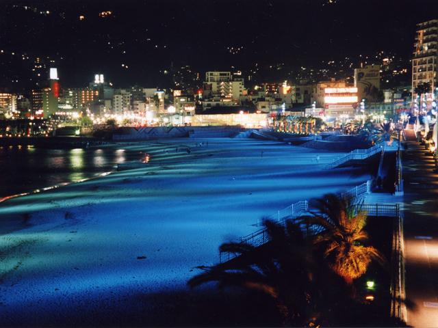 幻想的なライトアップを見ながら散策を楽しむ/熱海サンビーチ(静岡県熱海市)