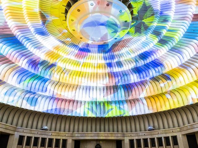 巨大な円形ドーム一面に映写された万華鏡は日本最大/MOA美術館(静岡県熱海市)
