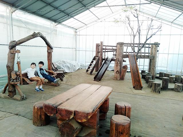 ハウス内の木製ミニアスレチック/エーアト・ベーレ(千葉県/千葉市)