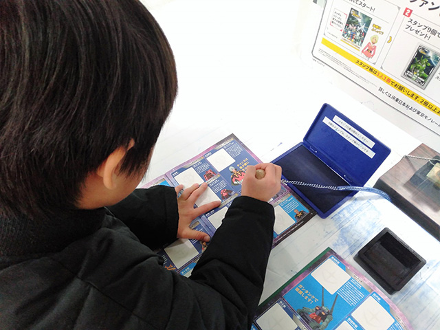 スタンプを押す子ども/JR東日本 機動戦士ガンダムスタンプラリー(東京都)