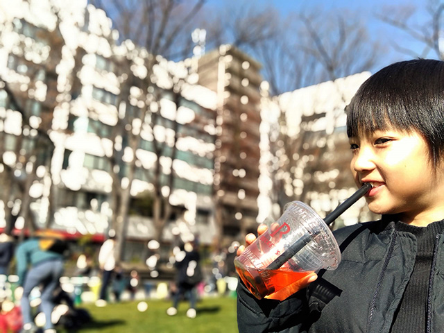 タピオカドリンクを飲む子ども/JR東日本 機動戦士ガンダムスタンプラリー(東京都)