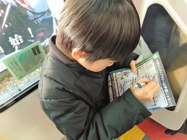 ガンダムスタンプラリーに挑戦する子ども/JR東日本(東京都)