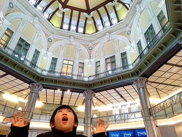 JR東京駅ドーム天井を見上げる子ども/JR東日本 ガンダムスタンプラリー(東京都)
