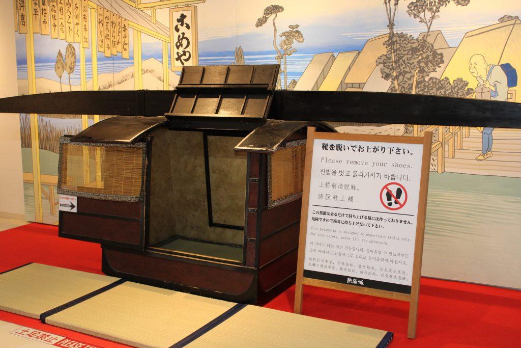 江戸時代の籠に乗って記念撮影/熱海城(静岡県熱海市)