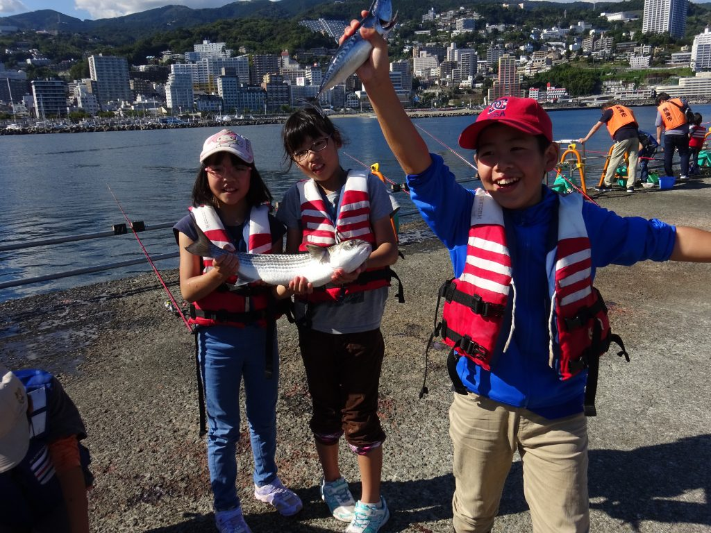 海釣りにチャレンジする子どもたち/熱海港海釣り施設(静岡県熱海市)