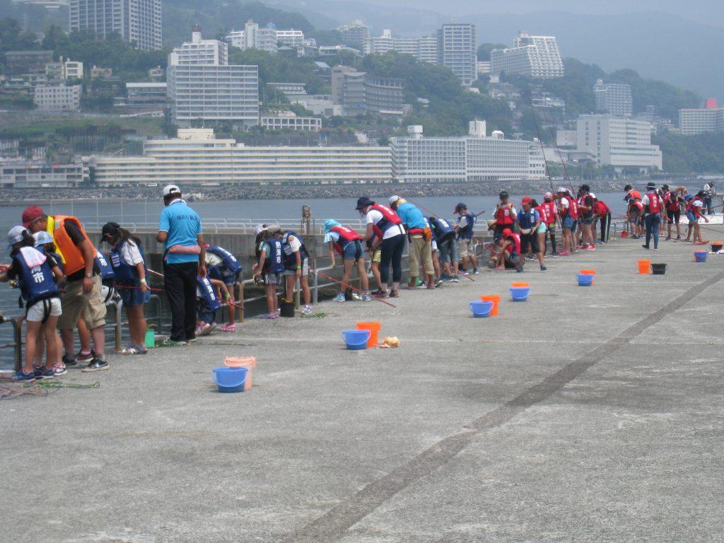 防波堤で釣りを楽しむ子どもたち/熱海港海釣り施設(静岡県熱海市)